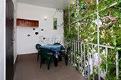 Столик на балконе - Двор гостевого дома Уютный дворик на Садовой в Орджоникидзе - Феодосия (Крым)