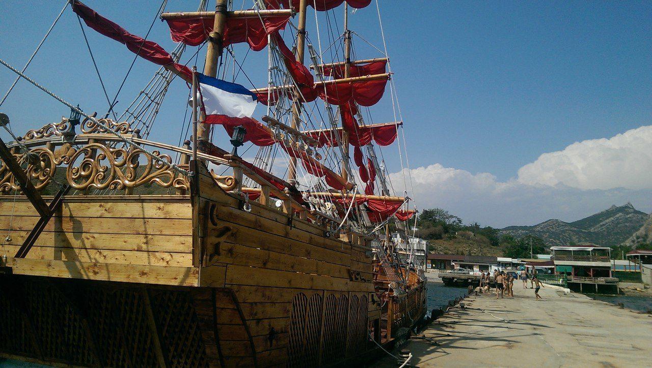 Прогулки на пиратских кораблях в Орджоникидзе - Крым.