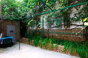 Во дворе гостевого дома Крымский кораблик на Садовой в Орджоникидзе - Крым.