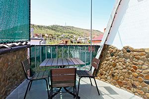 Балкон 3-х местного номера с видом на горы на 3-м этаже в гостевом доме Крымский кораблик.