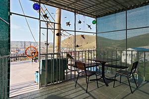 Открытая беседка на смотровой площадке гостевого дома Крымский кораблик на Садовой в Орджоникидзе - Крым.