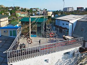 Смотровая площадка гостевого дома Крымский кораблик на Садовой в Орджоникидзе - Крым.