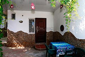 Столик возле номера во дворе гостевого дома Крымский кораблик на Садовой в Орджоникидзе - Крым.