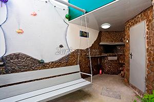 Зона мангала во дворе гостевого дома Крымский кораблик на Садовой в Орджоникидзе - Крым.