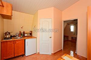 Номер на 3х человек (вид кухни) - Гостевой дом Крымский кораблик, Орджоникидзе.